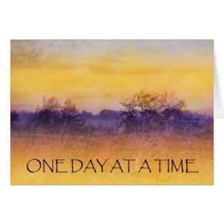 Un campo púrpura anaranjado del día a la vez tarjeta de felicitación