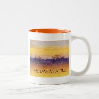 Un campo púrpura anaranjado del día a la vez tazas de café