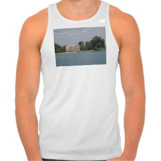 Un castillo como el edificio hermoso en la orilla tee shirts