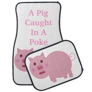 Un cerdo cogido en un sistema de la alfombrilla de alfombrilla de auto