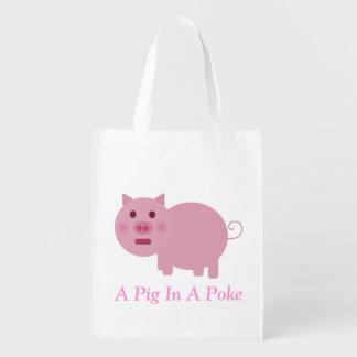 Un cerdo en un bolso de ultramarinos del empuje bolsas reutilizables