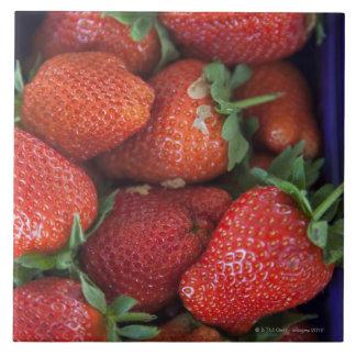 un cestito de las fresas frescas maduras para la azulejo cuadrado grande