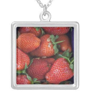 un cestito de las fresas frescas maduras para la collar plateado
