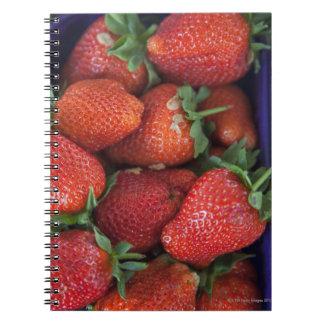 un cestito de las fresas frescas maduras para la libro de apuntes