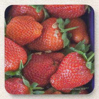un cestito de las fresas frescas maduras para la posavaso