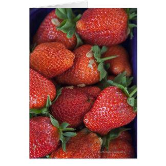 un cestito de las fresas frescas maduras para la tarjeta de felicitación