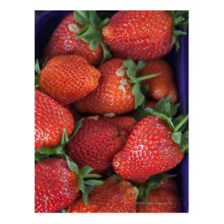 un cestito de las fresas frescas maduras para la tarjeta postal