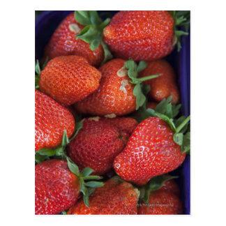 un cestito de las fresas frescas maduras para la v postal