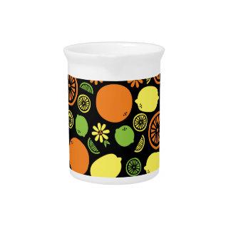 Un chapoteo de la fruta cítrica jarras de beber