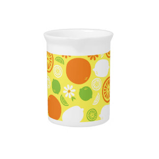 Un chapoteo de la fruta cítrica jarra para bebida