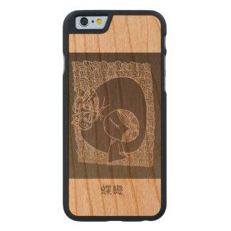 Un chica chino que cae en amor con la mariposa funda de iPhone 6 carved® slim de cerezo