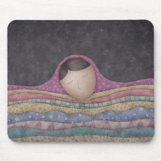 Un chica debajo de mil mantas alfombrillas de raton
