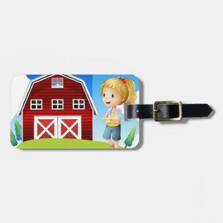 Un chica delante del barnhouse rojo en el hillto etiquetas para maletas