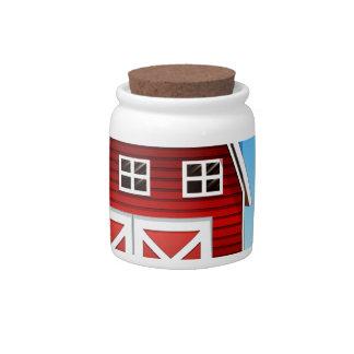Un chica delante del barnhouse rojo en el hillto plato para caramelo