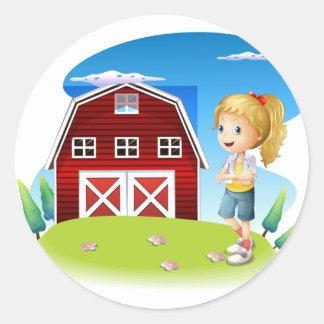 Un chica delante del barnhouse rojo en el hillto pegatina redonda