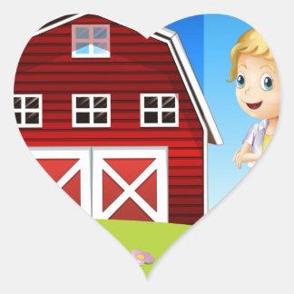 Un chica delante del barnhouse rojo en el hillto pegatina en forma de corazón