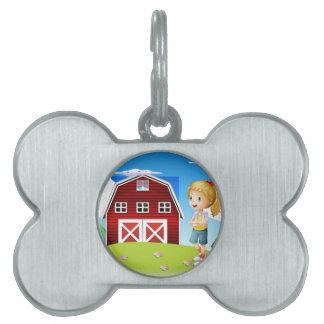 Un chica delante del barnhouse rojo en el hillto placa de mascota