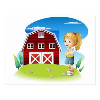 Un chica delante del barnhouse rojo en el hillto postal