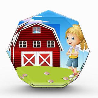 Un chica delante del barnhouse rojo en el hillto