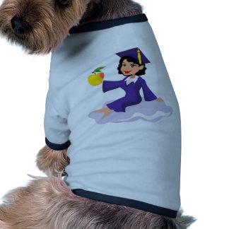 Un chica en su casquillo y vestido azules camiseta de mascota