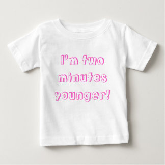 ¡Un chica gemelo más joven… soy dos minutos más Camiseta