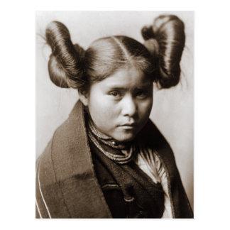 Un chica indio de Tewa con el peinado de lujo Postal