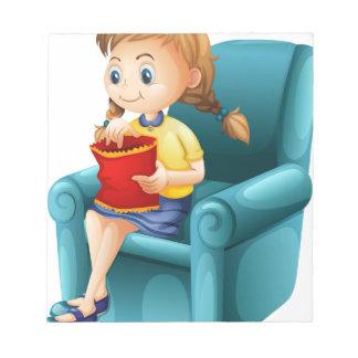 Un chica que come porquerías mientras que se blocs