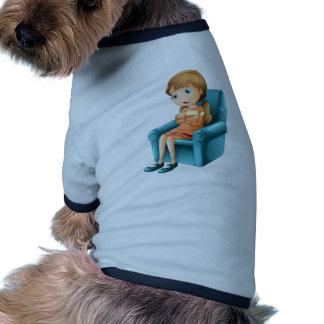 Un chica que se sienta en una silla ropa de perros