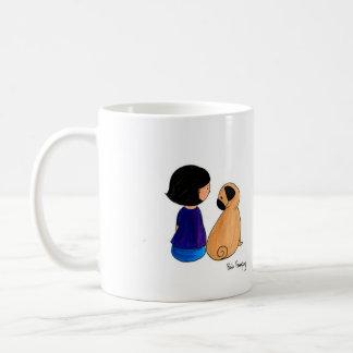 Un chica y su barro amasado tazas de café