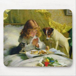 Un chica y su cojín de ratón de los mascotas alfombrilla de ratón