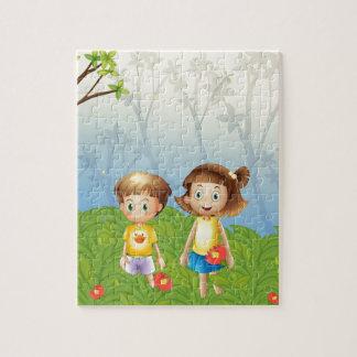 Un chica y un muchacho en el jardín rompecabezas