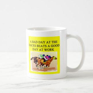 un chiste que compite con del jugador divertido de tazas de café