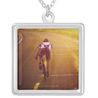 Un ciclista en la bici del camino cerca de Great Colgante Cuadrado