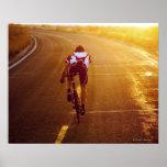 Un ciclista en la bici del camino cerca de Great Póster