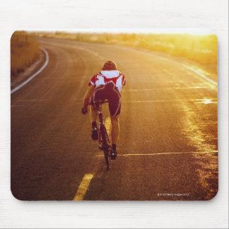 Un ciclista en la bici del camino cerca de Great S Tapetes De Ratones