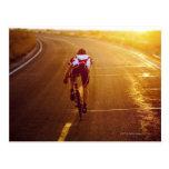 Un ciclista en la bici del camino cerca de Great S Postal