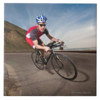 Un ciclista que se inclina en una esquina azulejo cuadrado grande