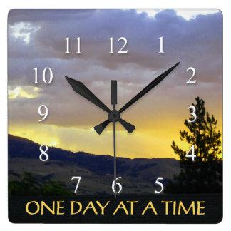 Un cielo de julio del día a la vez reloj cuadrado