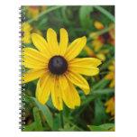 Un cierre hermoso para arriba de una flor amarilla libro de apuntes con espiral