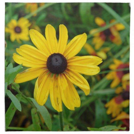 Un cierre hermoso para arriba de una flor amarilla servilletas imprimidas