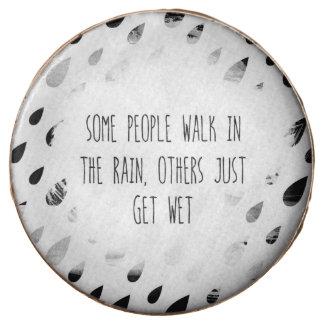 Un cierto paseo de la gente en la lluvia, otras