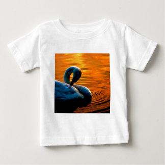 Un cisne que toma una nadada de última hora en la camisetas