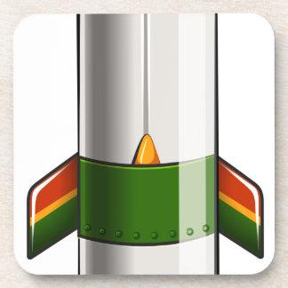 Un cohete coloreado verde y amarillo posavasos de bebida