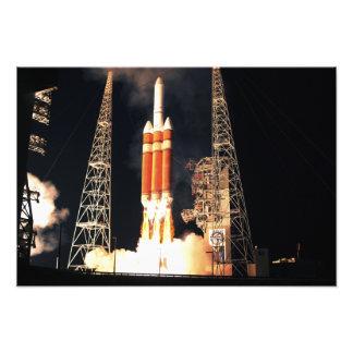 Un cohete pesado del delta IV quita Fotografías