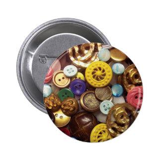 Un collage de botones incluyendo el botón amarillo