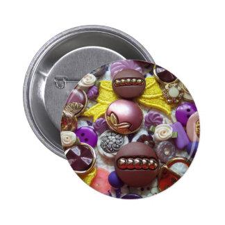 Un collage de botones púrpuras bonitos pin redondo de 2 pulgadas