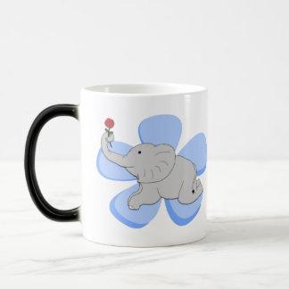 Un color de rosa de una taza del elefante del bebé