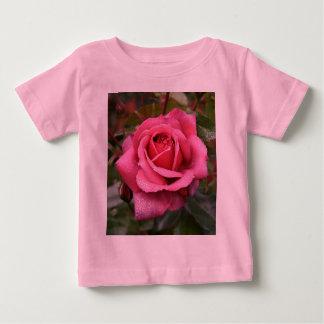 ¡Un color de rosa rosado dulce para un pequeño Camisas