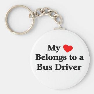 Un conductor del autobús tiene mi corazón llavero redondo tipo pin