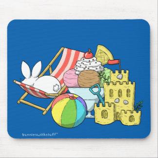Un conejito en la playa alfombrillas de ratones